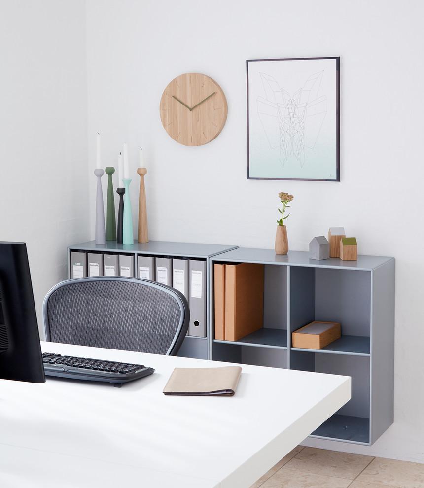 Imagen de despacho nórdico, grande, sin chimenea, con paredes blancas, suelo de madera clara, escritorio independiente y suelo marrón