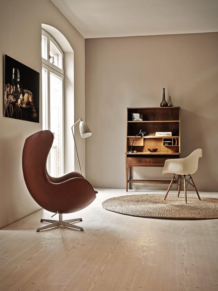 Esempio di un ufficio minimalista di medie dimensioni con pareti beige, parquet chiaro, nessun camino e scrivania autoportante