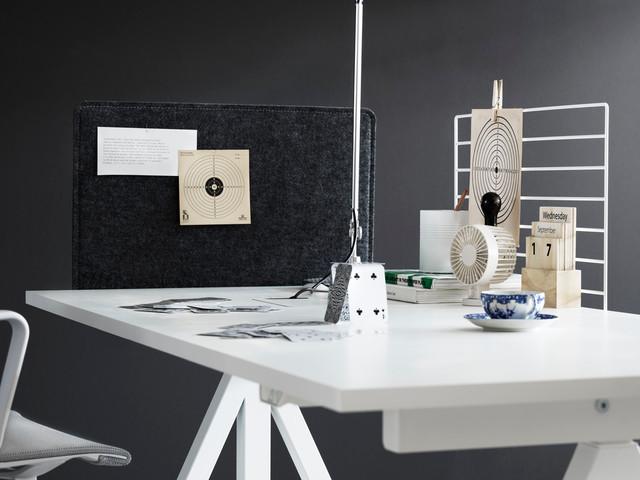Imagen de despacho contemporáneo con paredes grises y escritorio independiente