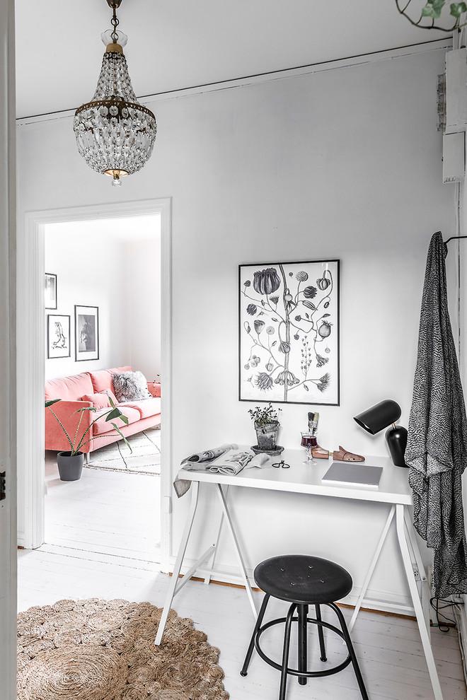 Idéer för att renovera ett skandinaviskt arbetsrum, med vita väggar, målat trägolv, ett fristående skrivbord och vitt golv