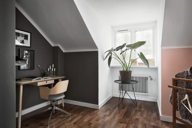 Exempel på ett mellanstort nordiskt arbetsrum, med vita väggar, mörkt trägolv och ett fristående skrivbord