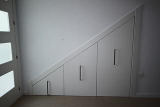 Armario bajo escalera for Puertas debajo escalera
