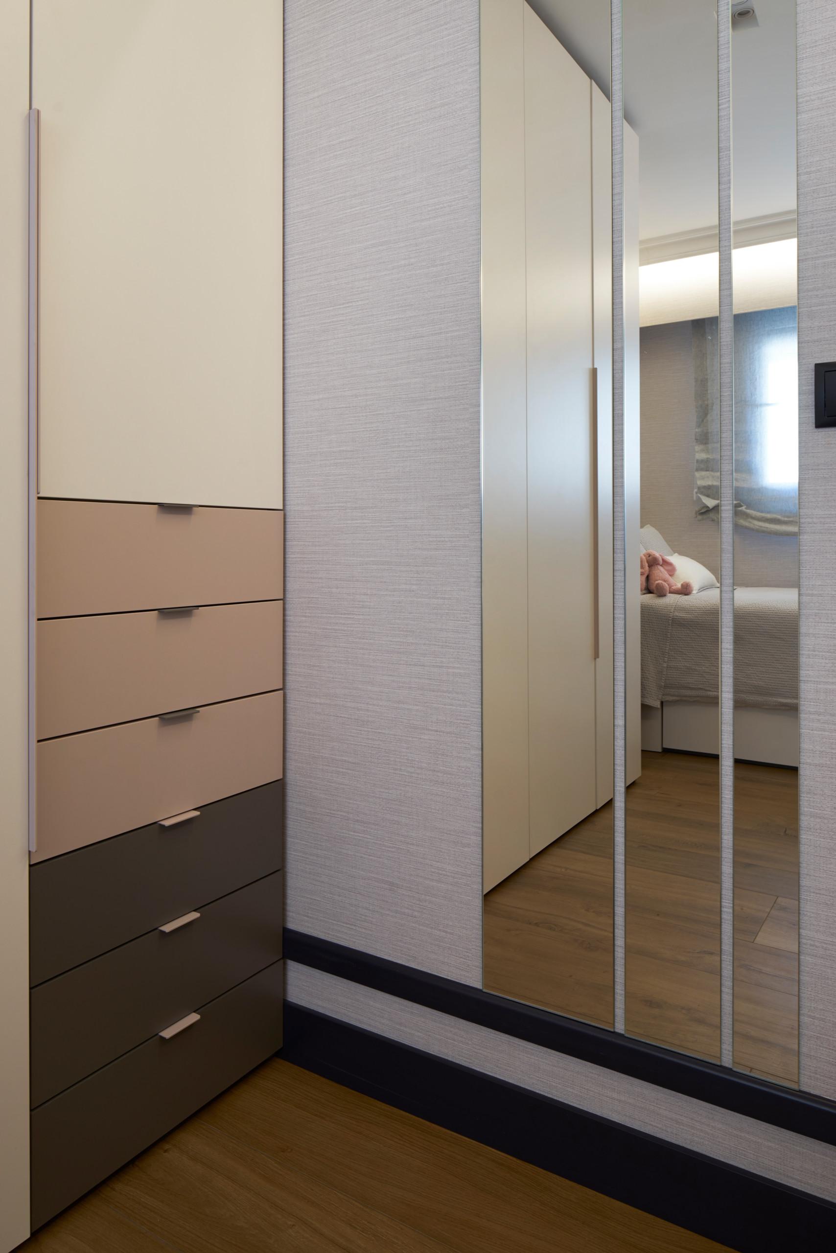 Detalle del juego de espejos a medida en dormitorio infantil