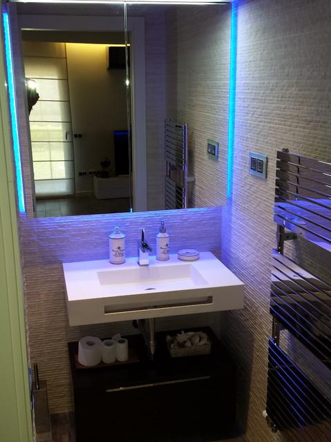 Es un mini ba o y aseo moderno iluminado con leds - Fotos de aseos ...