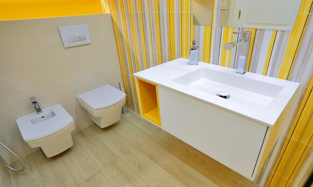 Baño Debajo La Escalera:Reforma de baño debajo de una escalera moderno-cuarto-de-bano