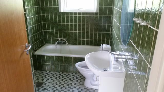 retro badeværelse Renovering   Retro   Badeværelse   Odense   af GH Tømrer & Snedker retro badeværelse