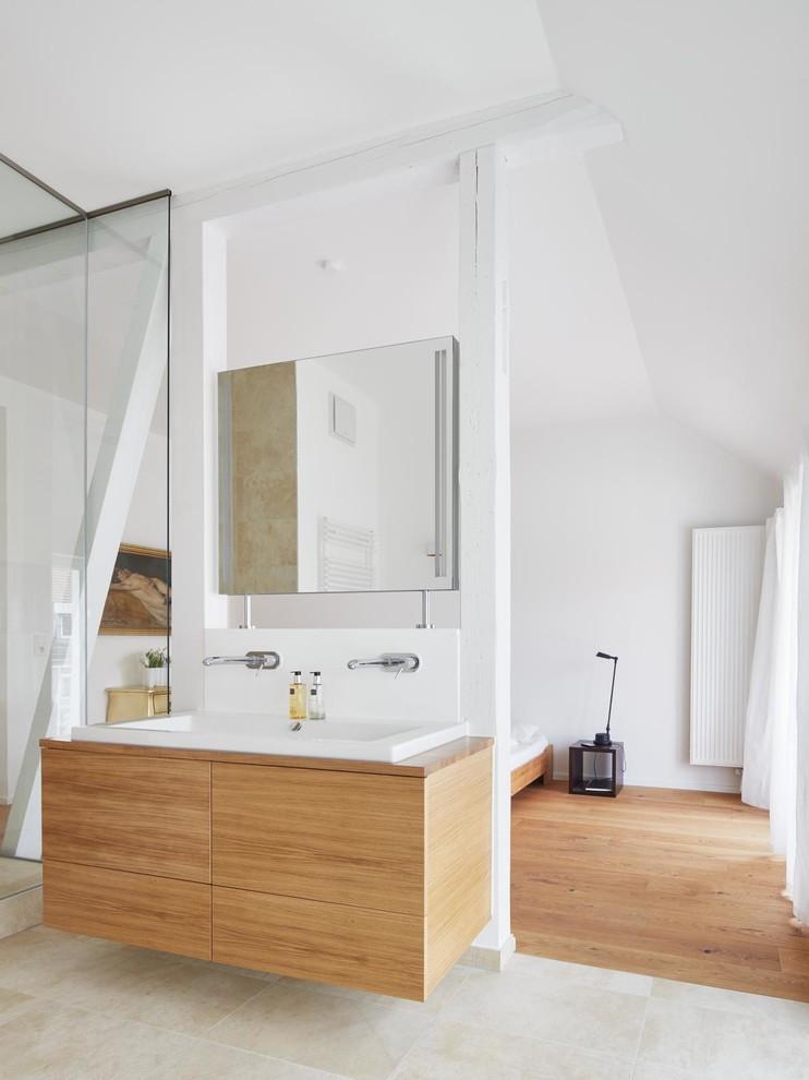 Diseño de cuarto de baño principal, actual, con armarios con paneles lisos, puertas de armario de madera oscura, paredes blancas, lavabo de seno grande, bañera exenta, baldosas y/o azulejos beige, baldosas y/o azulejos de cerámica, suelo de baldosas de cerámica, encimera de madera y ducha abierta