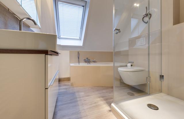 Bad In Einer Dachschräge Mit Eckbadewanne Und Dusche