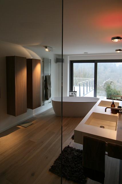 Bad mit Fliesen Holzoptik - freistehende Badewanne - Modern ...