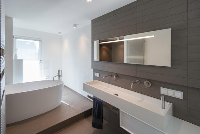 Bad mit freistehender Badewanne - Modern - Badezimmer ...