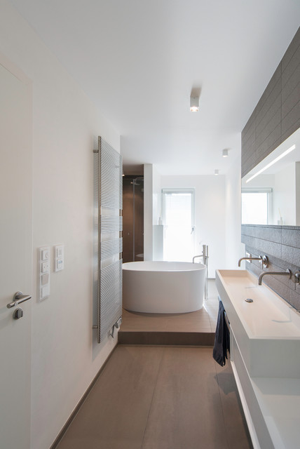 bad mit freistehender badewanne contemporary bathroom other metro by axel fr hlich gmbh. Black Bedroom Furniture Sets. Home Design Ideas