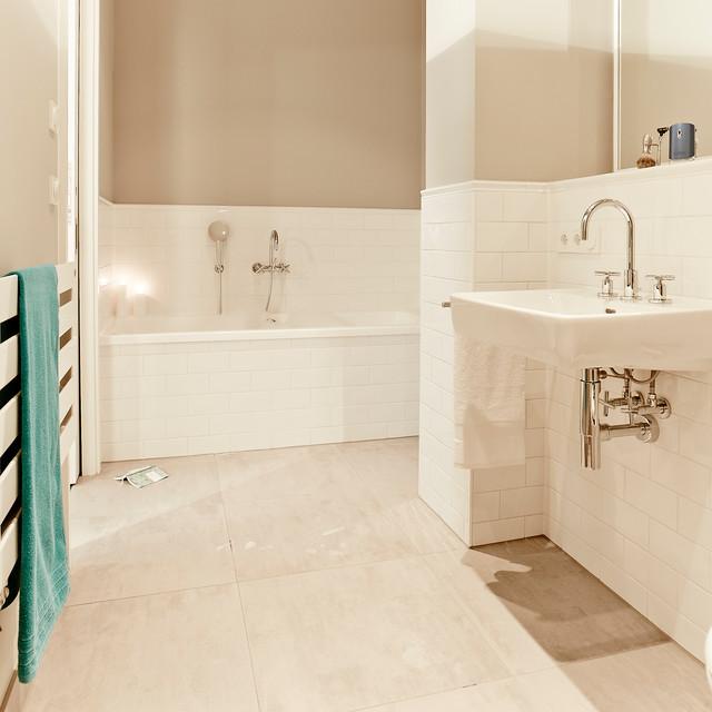 Mittelgroßes Klassisches Badezimmer En Suite Mit Badewanne In Nische,  Duschnische, Wandtoilette Mit Spülkasten,