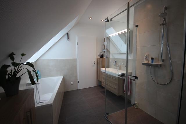 duschen in der badewanne dachschrge kleines bad diese. Black Bedroom Furniture Sets. Home Design Ideas