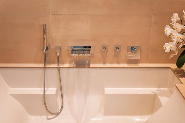Wandarmaturen badewanne  Bad mit Wellness Badewanne - Liegefläche und Wandarmatur - Modern ...