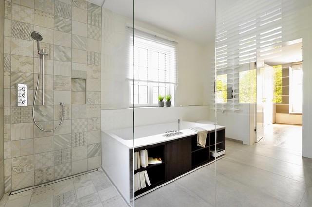 badewanne mit b cherregal. Black Bedroom Furniture Sets. Home Design Ideas
