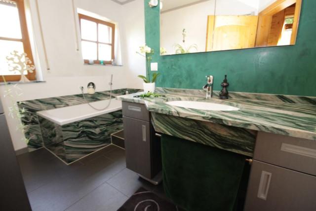 Badezimmer aus dem naturstein verde lapponia contemporaneo