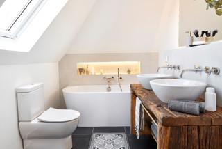 Landhausstil Badezimmer mit dunklen Holzschränken Ideen ...
