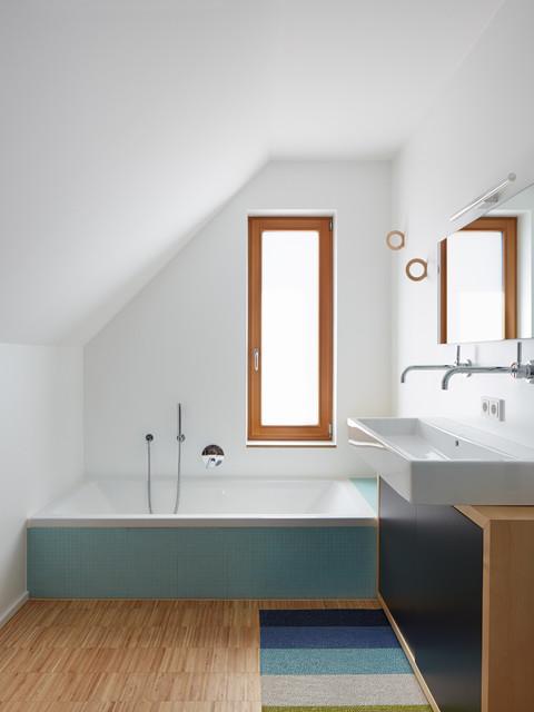 Badezimmer im Obergeschoss contemporary-badrum