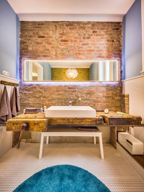 Mittelgroßes Landhaus Badezimmer mit weißen Fliesen, Keramikfliesen, blauer Wandfarbe, Keramikboden, Aufsatzwaschbecken und Waschtisch aus Holz in Hamburg
