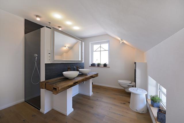 Badezimmer mit Altholz, Schieferfliesen und Holzboden ...