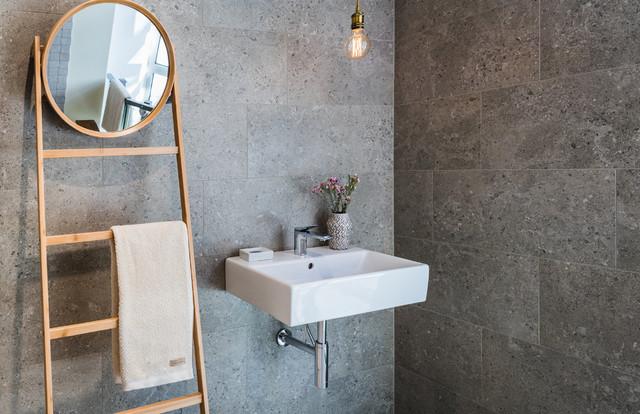 Badezimmer mit Naturstein-Optik.Fliesen - Skandinavisch ...