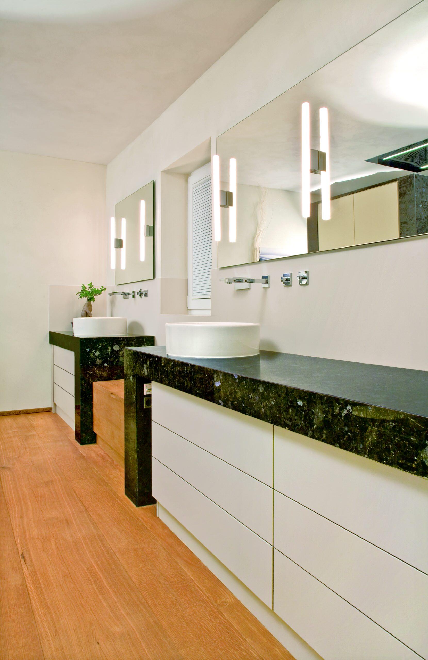 Waschtischeinbauten in einem modernen Bad, kombination aus Granit, Eiche Massivholz und Lackfronten