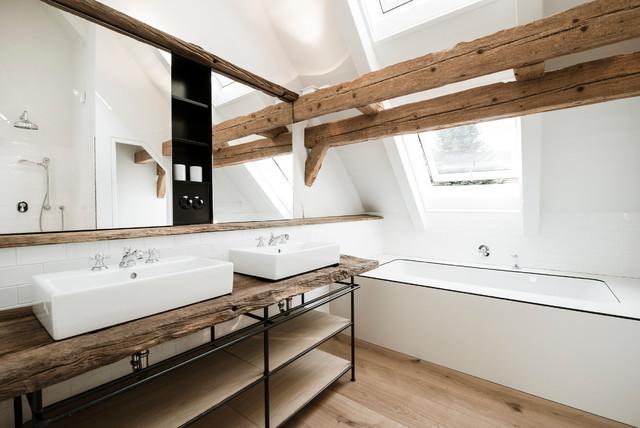 Mittelgroßes Nordisches Badezimmer mit weißen Fliesen, Metrofliesen, weißer Wandfarbe, braunem Holzboden, Waschtisch aus Holz, Unterbauwanne und brauner Waschtischplatte in München