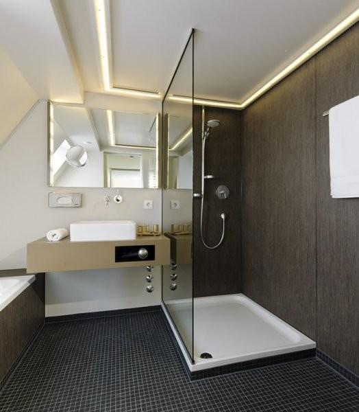 braunes badezimmer mit mosaikfliesen  modern  badezimmer