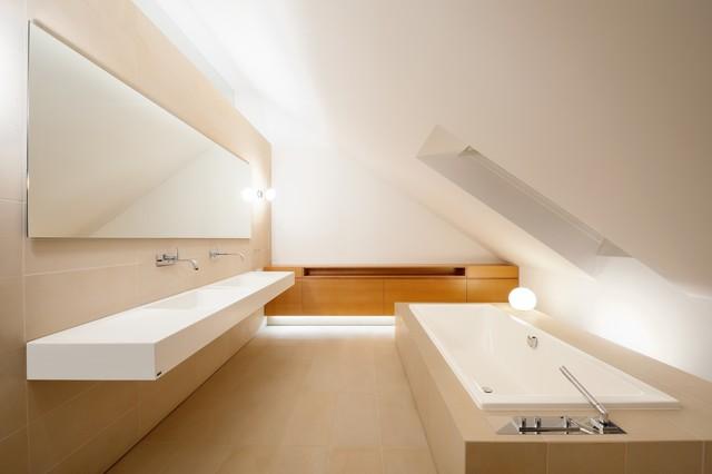 Freistehende badewanne unter dachschräge  Badezimmer mit Dachschräge: 9 Tipps für Dusche & Badewanne