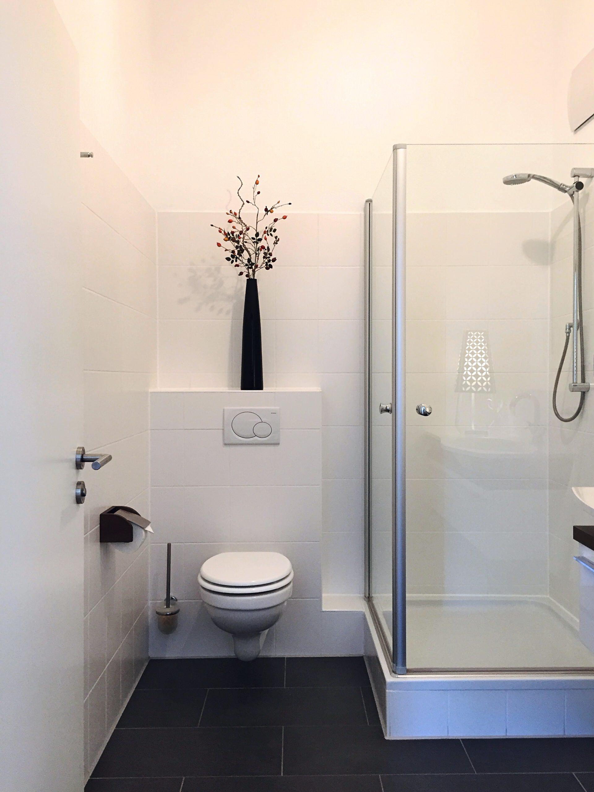 Das ehemals dunkle Badezimmer leuchtet in Weiß geradezu