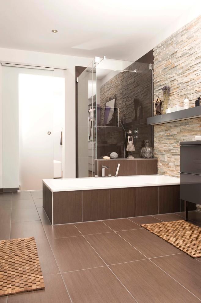 Mittelgroßes Modernes Badezimmer En Suite mit flächenbündigen Schrankfronten, grauen Schränken, Einbaubadewanne, Eckdusche und brauner Wandfarbe in Sonstige