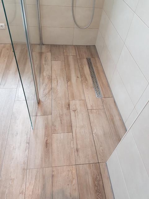 Eine Moderne Dusche Mit Einer Walk In Trennwand Und Holzoptik ... Glastrennscheibe Dusche Modern