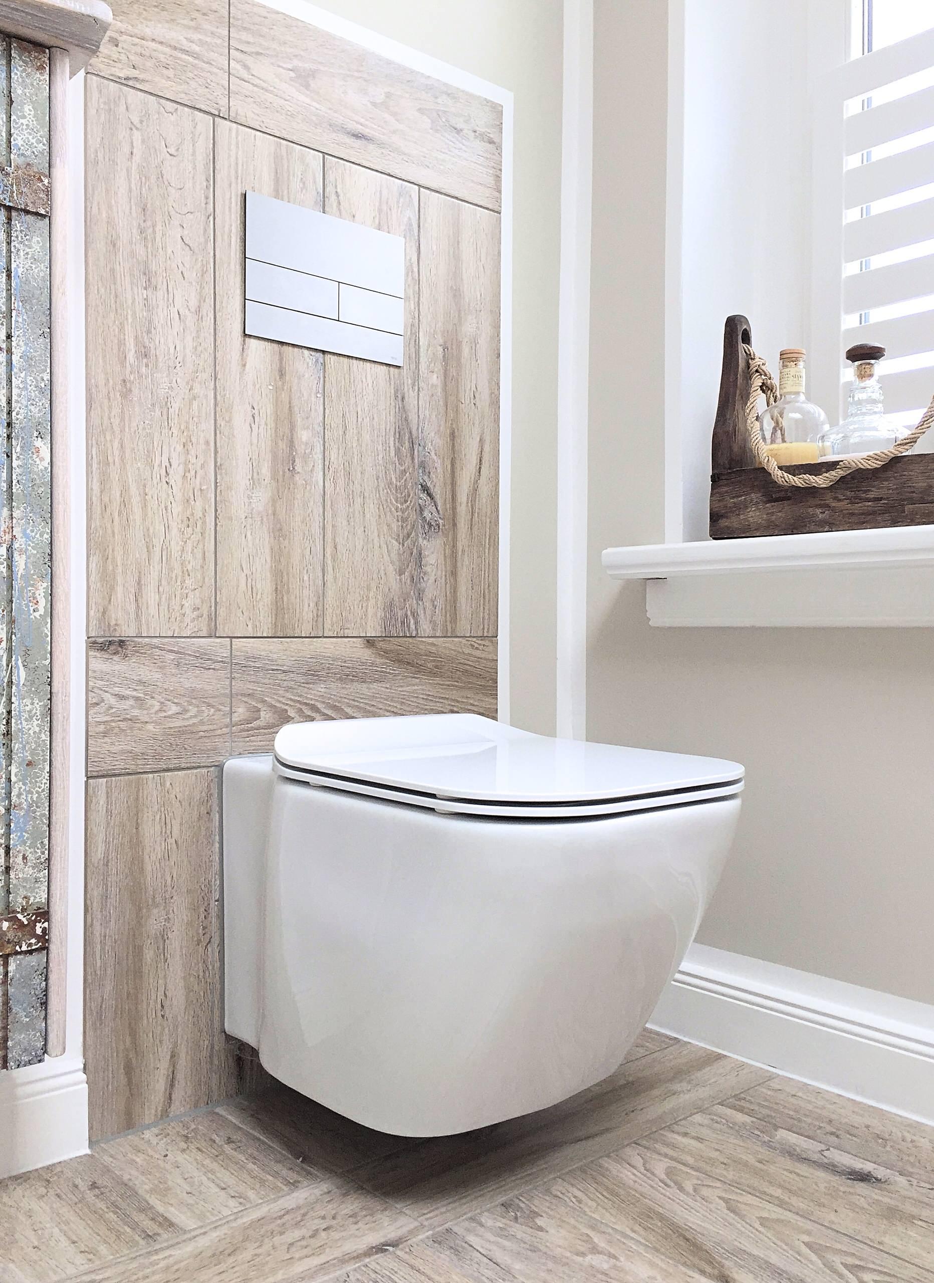 Eine ungewöhnliche WC Form mit Fliesenspiegel aus Bodenfliesen