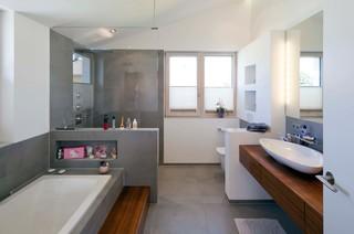 Moderne Badezimmer mit Waschtisch aus Holz Ideen, Design ...