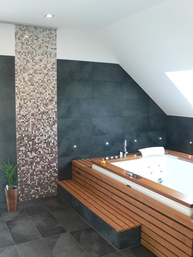Großes Modernes Badezimmer mit Unterbauwanne, grauen Fliesen, Steinplatten, weißer Wandfarbe und Schieferboden in Sonstige