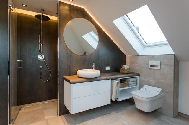 Kleines Modernes Badezimmer mit flächenbündigen Schrankfronten, weißen Schränken, Duschnische, Wandtoilette, beigefarbenen Fliesen, braunen Fliesen, weißer Wandfarbe, Aufsatzwaschbecken, Waschtisch aus Holz, beigem Boden, Falttür-Duschabtrennung, Zementfliesen, Zementfliesen und brauner Waschtischplatte in Dresden
