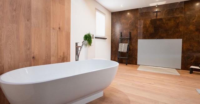 Freistehende Badewanne Und Grosse Dusche Modern