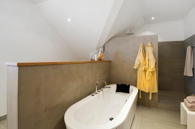 freistehende badewanne und offene dusche laden zum relaxen. Black Bedroom Furniture Sets. Home Design Ideas