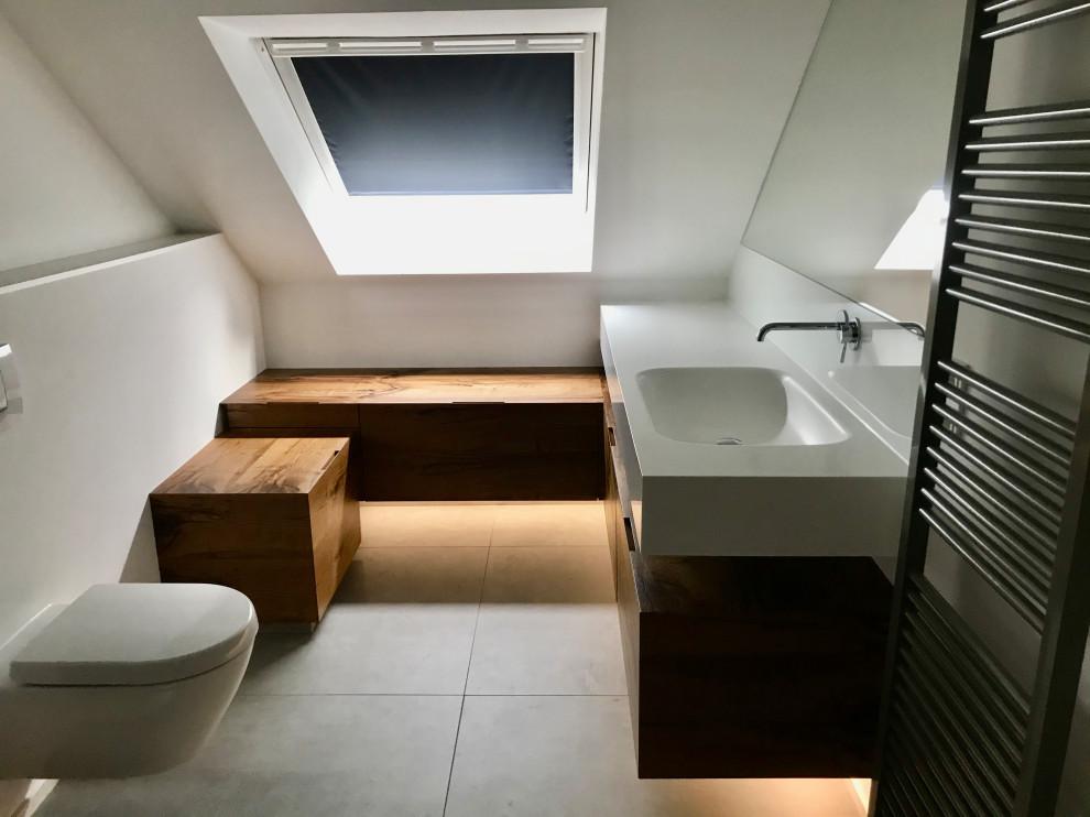 Ganzes Badezimmer mit Eichenmöbeln