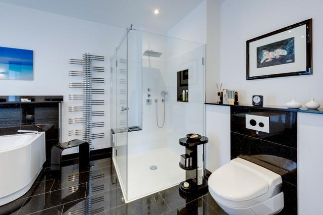 Grosses Bad Mit Badewanne Grosser Dusche Und Zwei Waschtischen