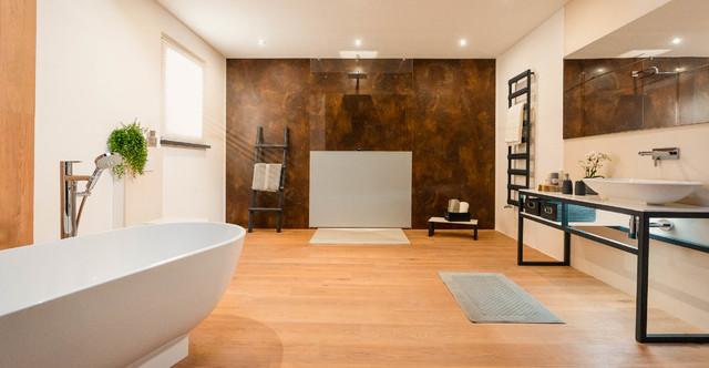 Großes Badezimmer mit freistehender Badewanne - Modern ...