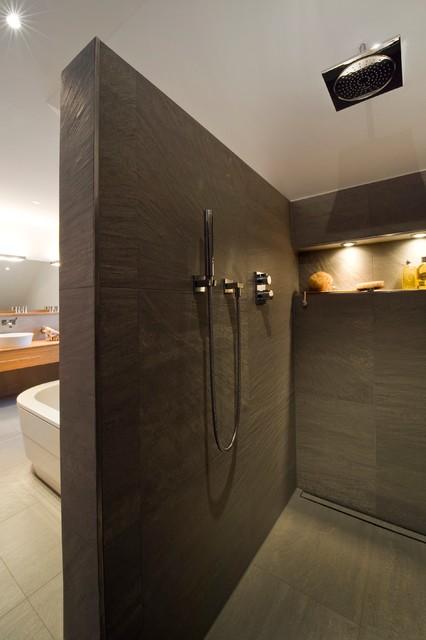 gro z giges komfortables duschareal mit beleuchteter. Black Bedroom Furniture Sets. Home Design Ideas