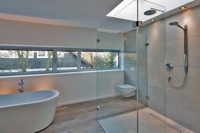 Haus am Hang - Modern - Badezimmer - Düsseldorf - von STUFE 4 ...