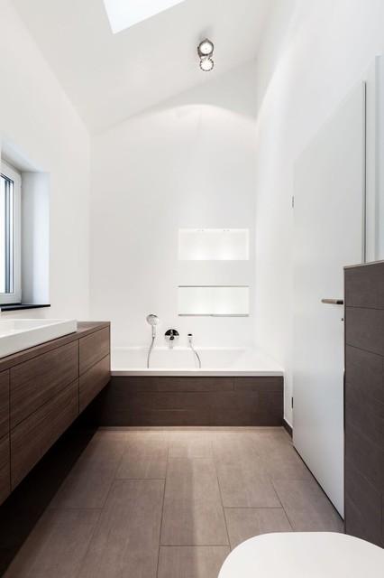 helles badezimmer mit gro er badewanne modern bathroom dortmund by one contact. Black Bedroom Furniture Sets. Home Design Ideas