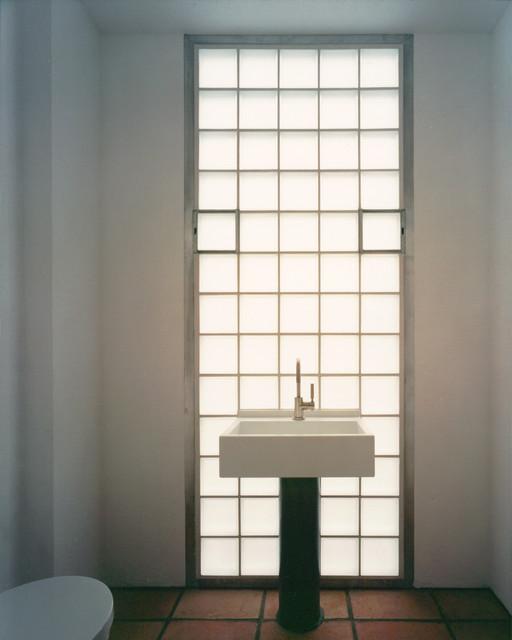 helles badezimmer mit terrakotta fliesen contemporary. Black Bedroom Furniture Sets. Home Design Ideas