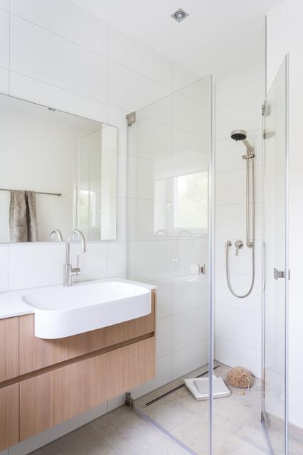 Kleines bad in solnhofener naturstein for Kleines badezimmer modern