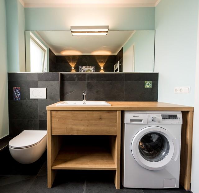 Kleines Bad mit Waschmaschine und handbemalten Fliesen ...