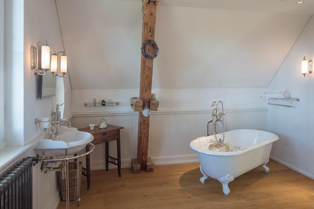 Kleines Badezimmer in Dachschräge mit freistehender ...