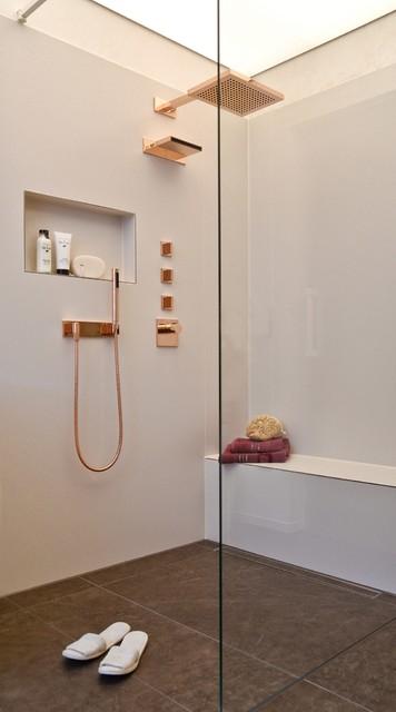 Bodenebene Walk In Dusche Mit Sitzbank Und Roségoldener Armatur Modern  Badezimmer