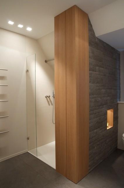 Modernes Bad mit Holz und Stein